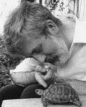 Michael Ende con su tortuga